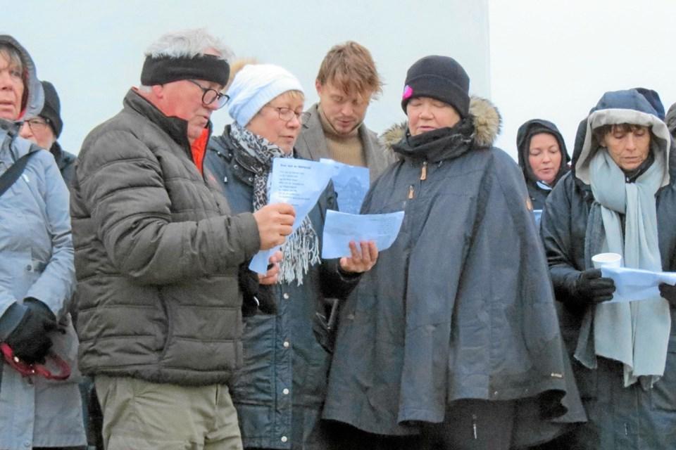 En fællessang varmer på en råkold dag. Foto: Kirsten Olsen Kirsten Olsen