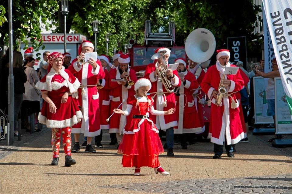 Paraden er med fuld musik og masser af julemænd @Videographer.dk