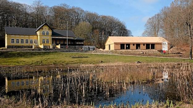 Når den nye Staklade er blevet tjæret, vil den falde naturligt sammen som en helhed med Skovpavillonen og selve skoven. Foto: Niels Helver Niels Helver