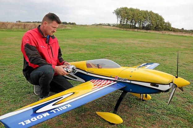 Brian Andersen ved sit i en tredjedels størrelse fly som måler 262 cm fra flyspids til flyspids. Foto: Tommy Thomsen
