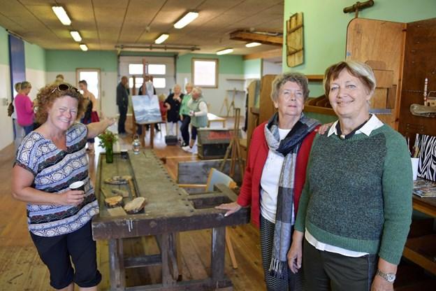 Ålbæk Værfts gamle snedkerværksted skal være et kunstnerfællesskab. De tre initiativtagere er fra venstre Dunna Grautarsvøb. Erni Schade og Bente Sørensen.Arkivfoto: Michael Koch