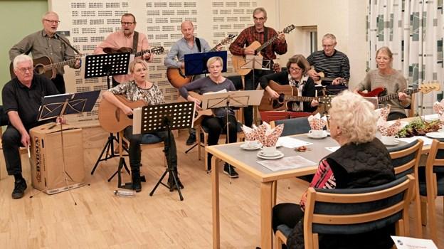 """Den sidste aften spiller og synger """"Coffee Break"""" fra Hirtshals danske og engelske sange. Foto: Niels Helver Niels Helver"""