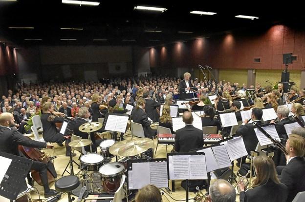 Et imponerende setup med det 62 mand store symfoniorkester, der fyldte godt i den tætpakkede hal. I midten orkesterleder Ole Fauerschou. Foto: Ole Iversen Ole Iversen