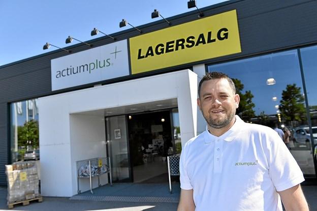 Ole Skovsgaard håber at mange kigger forbi på by-night-aftenen, hvor der er ekstragode tilbud og noget godt til ganen.Foto: Ole Iversen