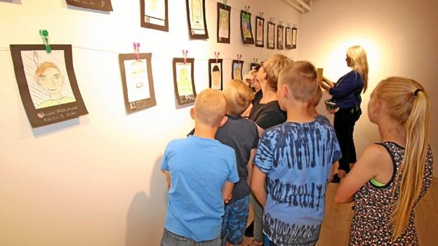 De mange selvportrætter blev studeret grundigt af de unge kunstnere. Foto: Jørgen Ingvardsen Jørgen Ingvardsen