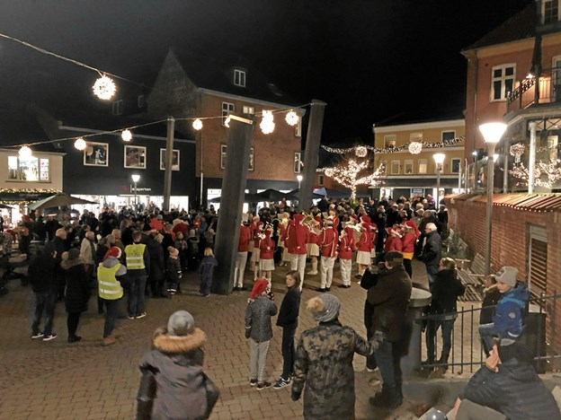 Hadsund Skole-Orkester gav en flot julekoncert på Torvet, hvorefter folk hastede ud i butikkerne til alle de gode tilbud og for at købe julegaver.
