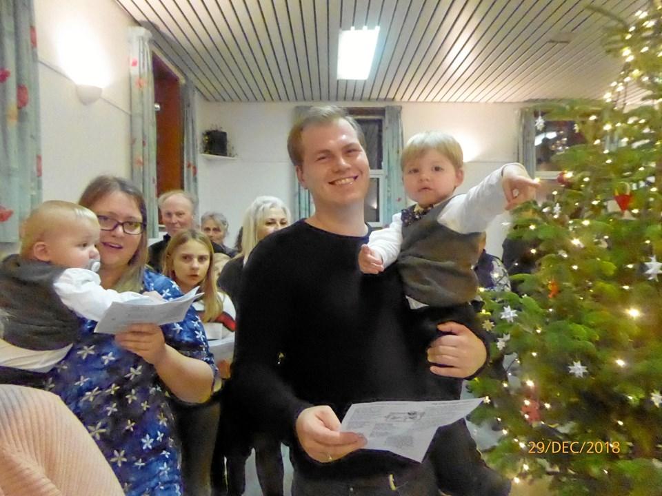 Der blev sunget og gået om juletræ - for Jens Peter på 11 måneder og Svend Erik på to år var det første gang, de deltog - men bestemt ikke den sidste.Privatfoto
