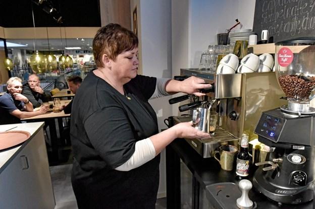 Helle Larsen igang med endnu en Kaffe Latte. Foto: Ole Iversen Ole Iversen