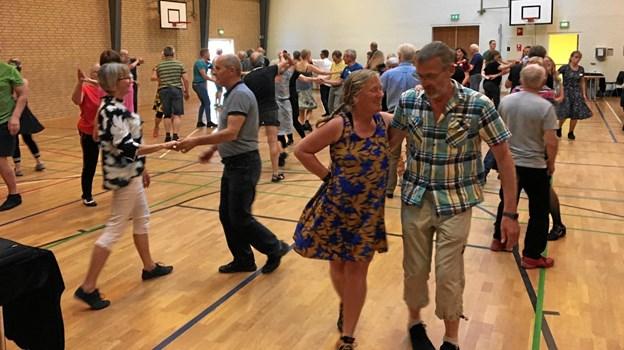 Godt og vel 100 danseglade dyrkede forleden deres fælles danseinteresse i gymnastiksalen på Aars Skole. Privatfoto