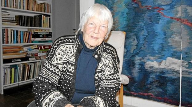 Ragnhild Kjølberg er musikelsker og koncertarrangør og så er hun billedvæver. Hun sidder her foran et af sine værker.Foto: Jørgen Ingvardsen