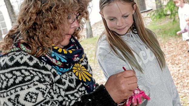 Matilde Espersen var en af de mange der med hjælp af Steina Poulsen, satte sit håndtryk på lærredet, der bliver til et flot jubilæumsbillede. Foto: Peter Jørgensen Peter Jørgensen