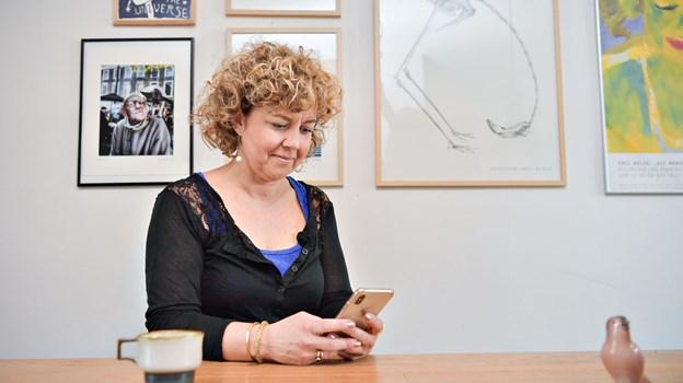 Sofie Ellegaard er imponeret over de unge udstilleres niveau. Foto: Claus Søndberg