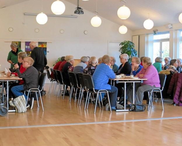 Da Lions Club Hadsund I 2018 fejrede 45 års jubilæum med uddeling af donationer fik Tirsdagsklubben en af dem til et foredrag/intro i hjertelungeredning. 40 deltagere startede med kaffe og kanelsnegle bagt af specialenheden. Foto/tekst: hhr-freelance.dk