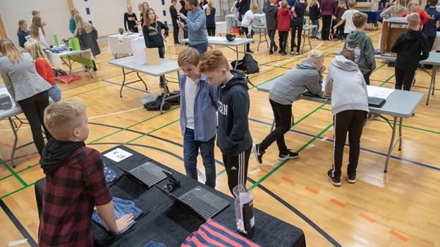Eleverne selv sivede også rundt i de to idrætshaller i Skørping for at se andre elevers forslag til grøn omstilling.