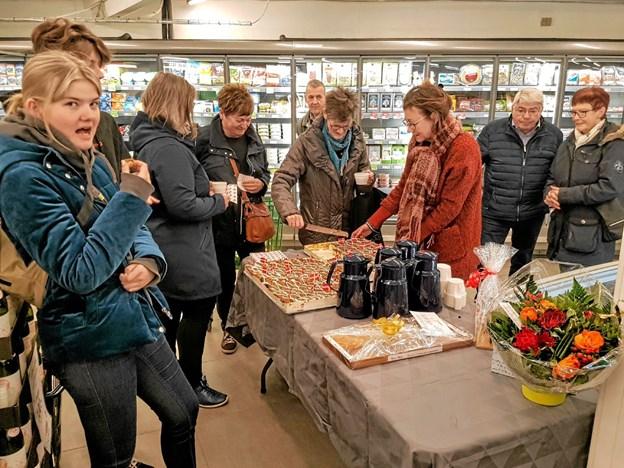 Der var tá selv kage og kaffe til kunder og gæster. Foto: Karl Erik Hansen Karl Erik Hansen
