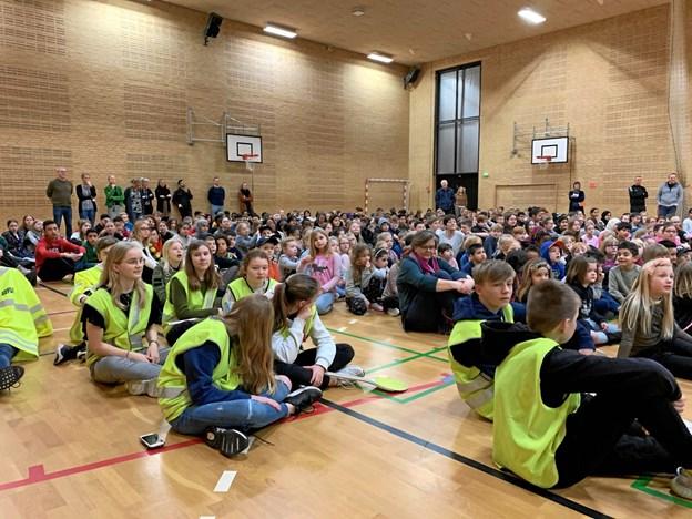 Hele skolen mødtes i hallen for at overraske og hylde skolepatruljen. Privatfoto