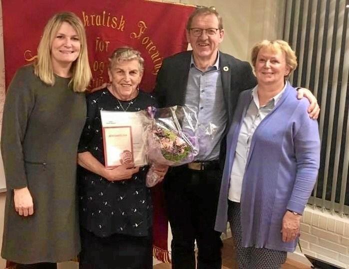 Her ses det nyudnævnte æresmedlem Ingrid Hansen sammen med formand Yvonne Nordahn, mf'er Bjarne Laustsen og borgmester Birgit Hansen.