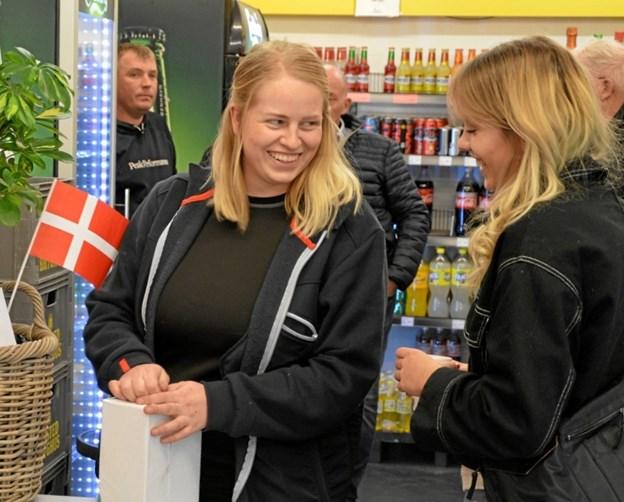 Dagli' Brugsen i Frøslev var pyntet med flag, da Thea Wehl Dalgaard i fredags startede som ny uddeler. Privatfoto