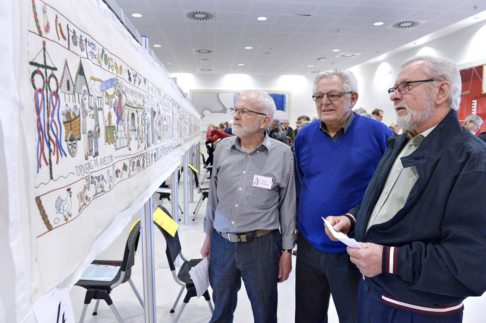 Tegner Poul Andersen, sekretær Finn Madsen, Hjørringtapetet og manden bag ideen, John Klinkby.Foto: Bente Poder