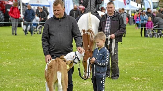 For der er da noget særligt over en far og søn med et dyr, som de er stolte af. Foto: Ole Iversen Ole Iversen