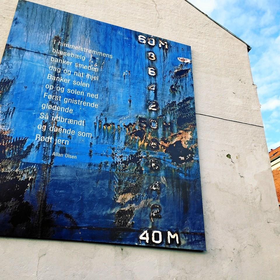 Allan Olsens Rødt Jern og Linda Suhrs fotografi på en gavl i Lodsgade er en del af Poesiparken. ?Arkivfoto: Kim Dahl Hansen