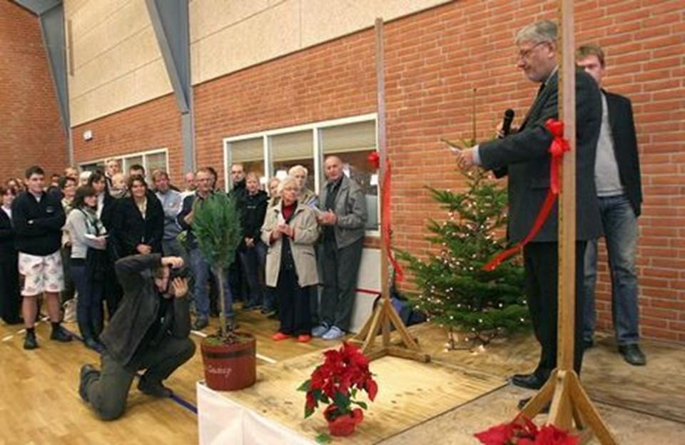 Så er det sket! Borgmester Erik Hove Olesen (S) har holdt sin tale og derefter brugt den nye skarpe saks til at klippe det røde bånd over. Boddum-Ydby Skytte- og Fritidscenter er officielt indviet. Foto: Diana Holm
