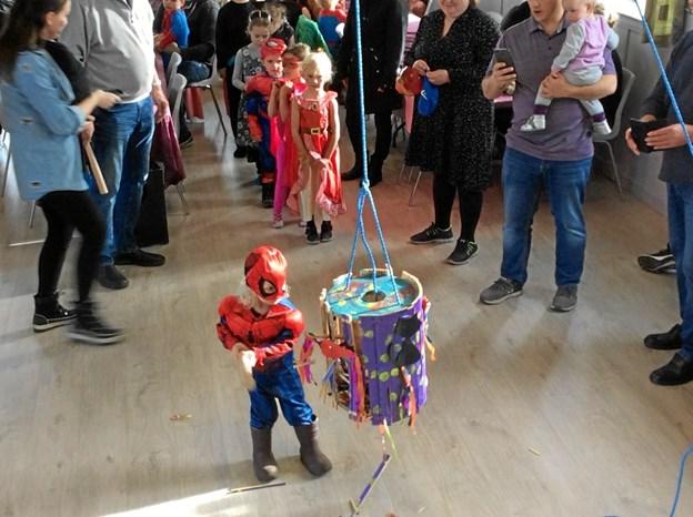 En lille Spiderman giver tønden et gok i Valsgaard. Privatfoto