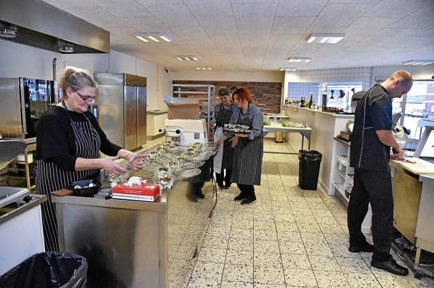 Medarbejderne har nu den plads der skal til en velfungerende slagterbutik med alt hvad der hører til af produktion og mad ud af huset. Foto: Ole Iversen Ole Iversen