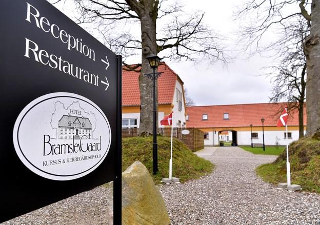 De smukke bygninger i bedårende omgivelser i Bramslev Bakker indbyder til et godt måltid mad. Torben Hansen