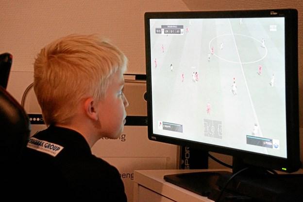 """Anders Vejrgang bruger mange timer foran skærmen - men han går også til fodbold i den """"virkelige"""" verden i HI.Foto: Thomas Nielsen"""