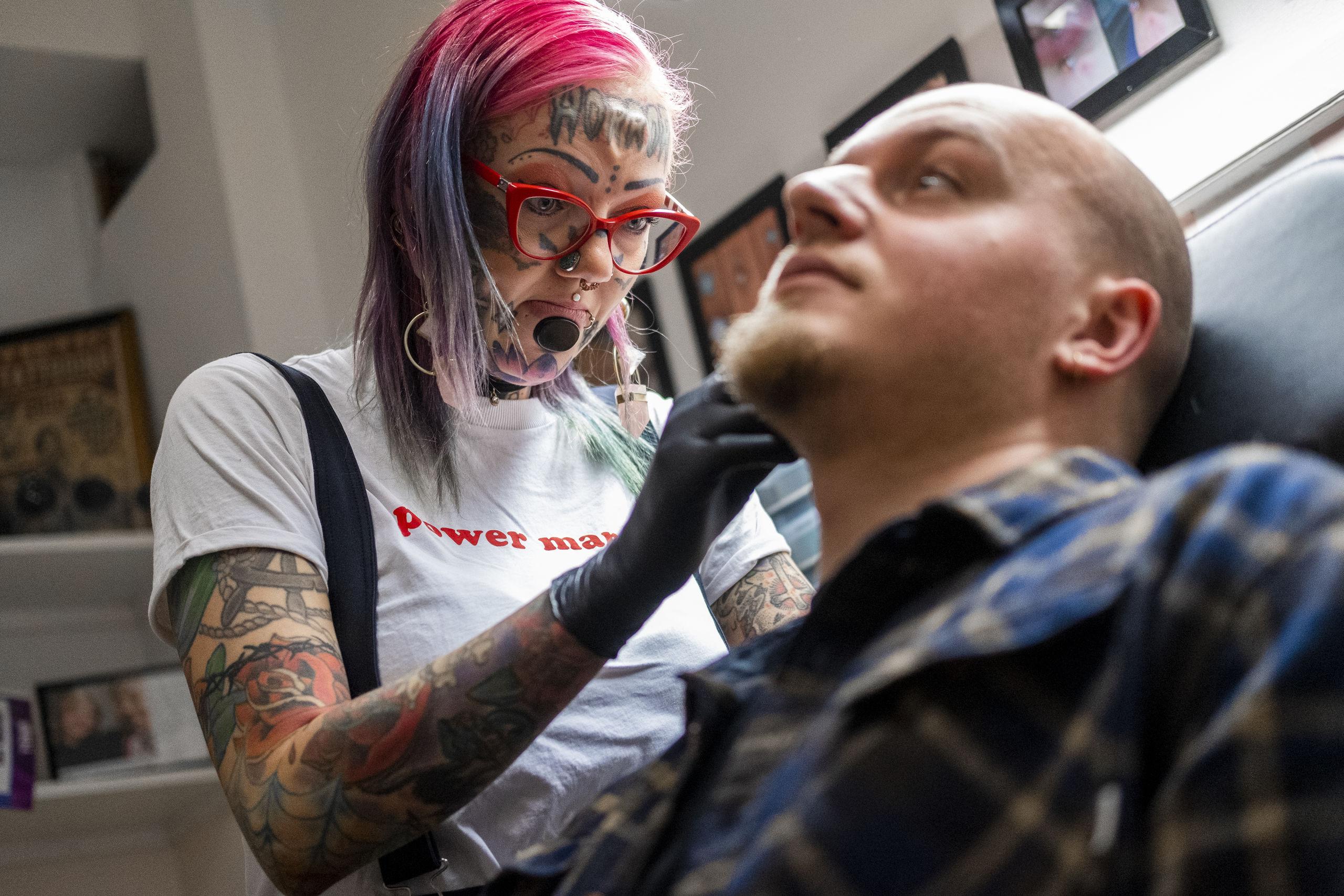 Man kan møde Sarah Martin i Artistic Tattoo & Piercing, hvor hun lever af at pierce. Foto: Lasse Sand