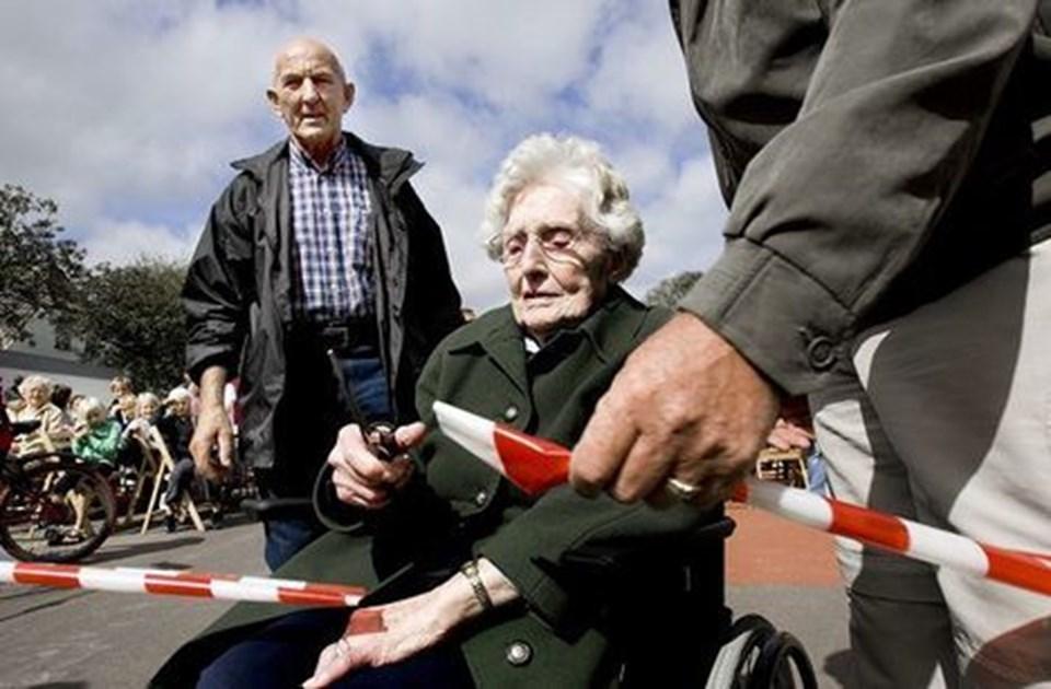 Svend Andersen ser til, mens 104-årige Nanna Andreasen indvier bytorvet i Birkelse. Dermed var der god grund til at flage i byen - arbejdet med torvet som en del af byforskønnelsen har stået på i flere år. Foto: Torben Hansen