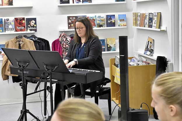 Karin Lykkebo, klaverlærer, spillede Anthem af Ulvæus og Anderson og spillede til fællessangen til sidst: Der er noget i luften. Foto: Ole Iversen Ole Iversen