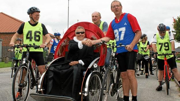Sognepræst Kristian Brogaard og politiker Bjarne Laustsen satte sponsor-cykelløbet i gang - i hver sin stilart. Her kunne alle cykle med.Privatfoto