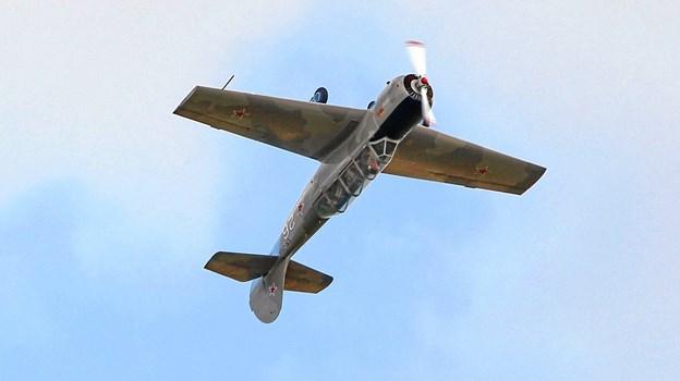 Der bliver muligt at opleve masser af nye og historiske fly, når Sindal Lufthavn inviterer til Åbent Hus 10. august. En af dem er denne russiskbyggede Yak, som to unge piloter i 20´erne giver demonstration i. Privatfoto