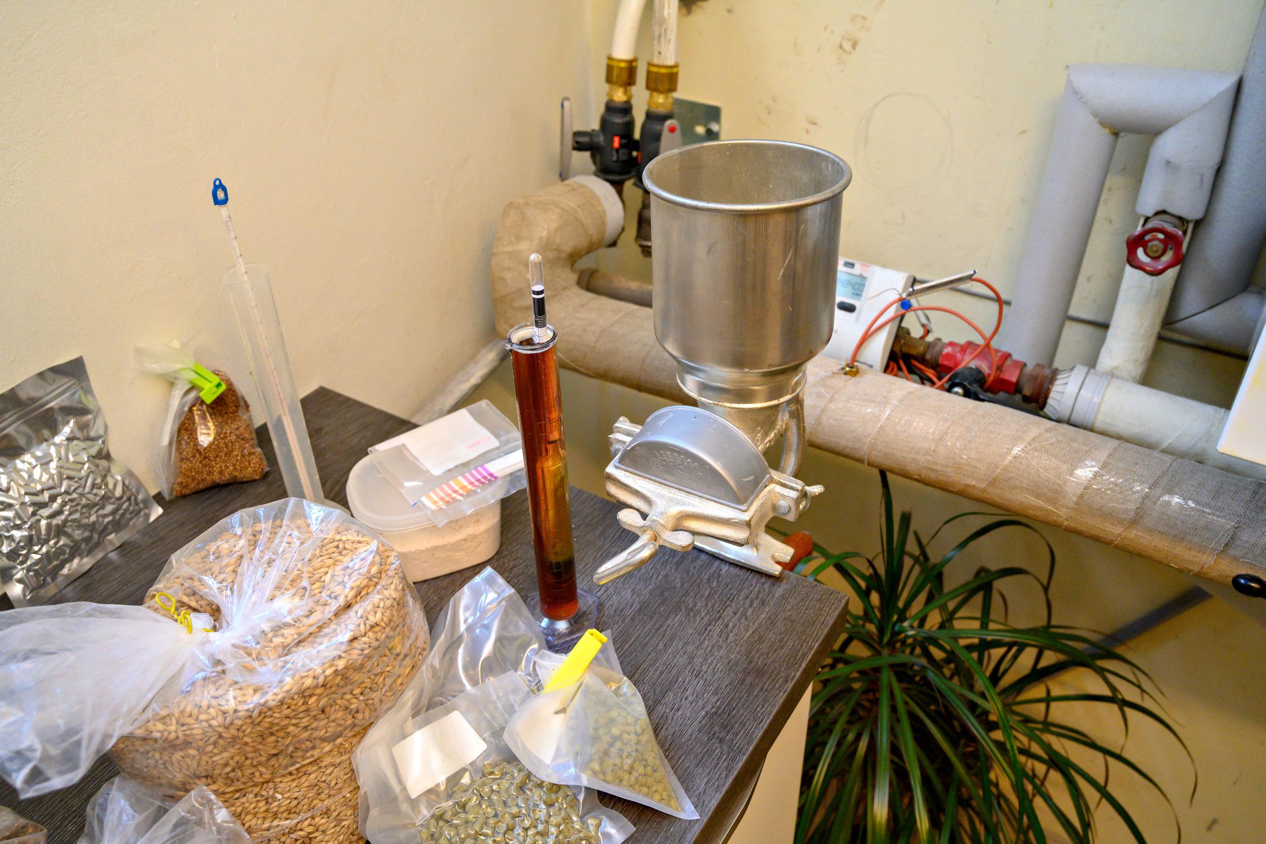 Det gælder om at få blandet alle ingredienser i det rette indbyrdes forhold i bestræbelserne på at skabe en lækker og prisvindende øl, og den vanskelige kunst har Carsten Hjort Bjerre i høj grad tilegnet sig. Foto: Kurt Bering