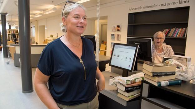 Anne Dolberg har ikke prøvet de nye åbne ydertimer endnu, men det tror hun, at hun vil komme til. Hun er vant til at bruge selvbetjeningen, når hun låner bøger - mest krimier og for tiden bøger om de Vestindiske Øer.
