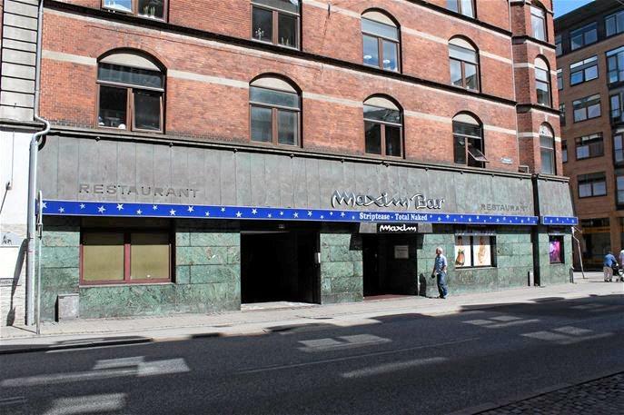 Maxim Bar har igennem årenes løb haft besøg af tusinder og atter tusinder af nysgerrige og forlystelsesivrige gæster fra både ind- og udland, og man har lokket kunderne indenfor med tilbud om bl.a. 'Total naked striptease', som det også står skrevet på facaden. Arkivfoto
