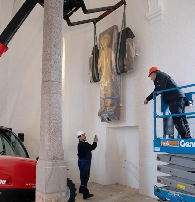 Kristus fandt sin nye plads på kirkens sydvendte væg, hvor der også er blevet malet hvidt på alle flader med specialmaling.?Foto: Henrik Louis