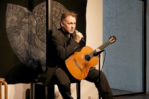 Kaare Norge gav en udsolgt koncert på Dronninglund Kunstcenter fredag aften. Foto: Jørgen Ingvardsen