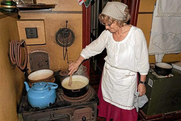 I Husmandsstedets køkken tilberedes der kartoffelsuppe, gammeldags kartoffelsalat, og der bages kartoffelkager i komfurets ovn. Foto: Niels Helver