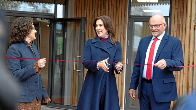 Kronprinsessen klipper den røde snor ind til Hospice Vangen sammen med hospicechef Anette Agerbæk (tv) og hospicets bestyrelsesformand Mogens Nørgård. Fotograf: Line Bloch Klostergaard, Region Nordjylland
