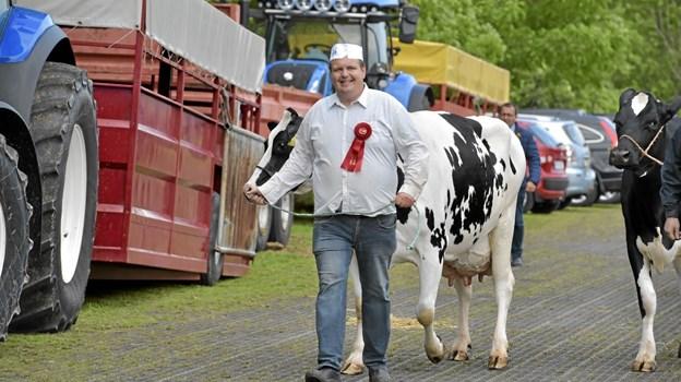 Brede smil og præmie på skjorten. Dyrskuet er et af årets højdepunkter for dyr og ejer. Foto: Ole Iversen Ole Iversen