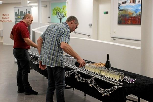Der var mange champagneglas der skulle fyldes op til pausen. Foto: Hans B. Henriksen Hans B. Henriksen