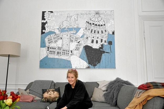 Nanna Henriette Høgsbro sidder her foran Helle Scheffmanns store maleri af Amalienborg Slotsplads og Marmorkirken. Slottet købte sidste år maleriet.  Foto: Ole Torp