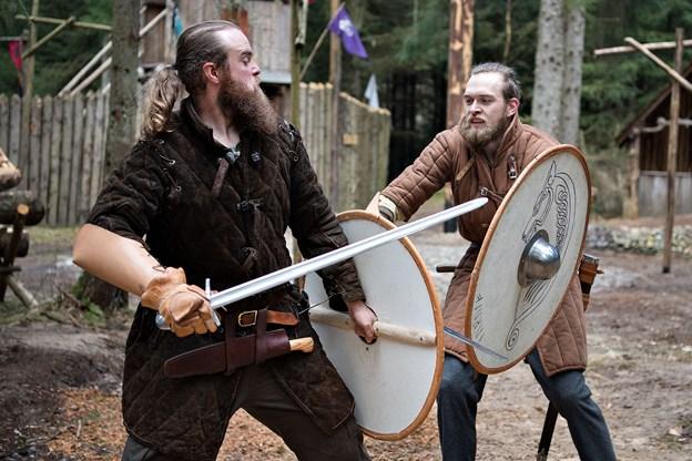 Rolle-spillerne fra Yxengaard flår sværdene frem og kæmper langs skinnerne lørdag 28. september.Arkivfoto: Hans Ravn