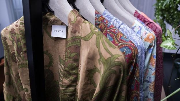 Kimonoerne bliver produceret af en indisk kvinder, der hedder Panna, der har avet sit tekstillager efter sin morfar. Foto: Lasse Sand