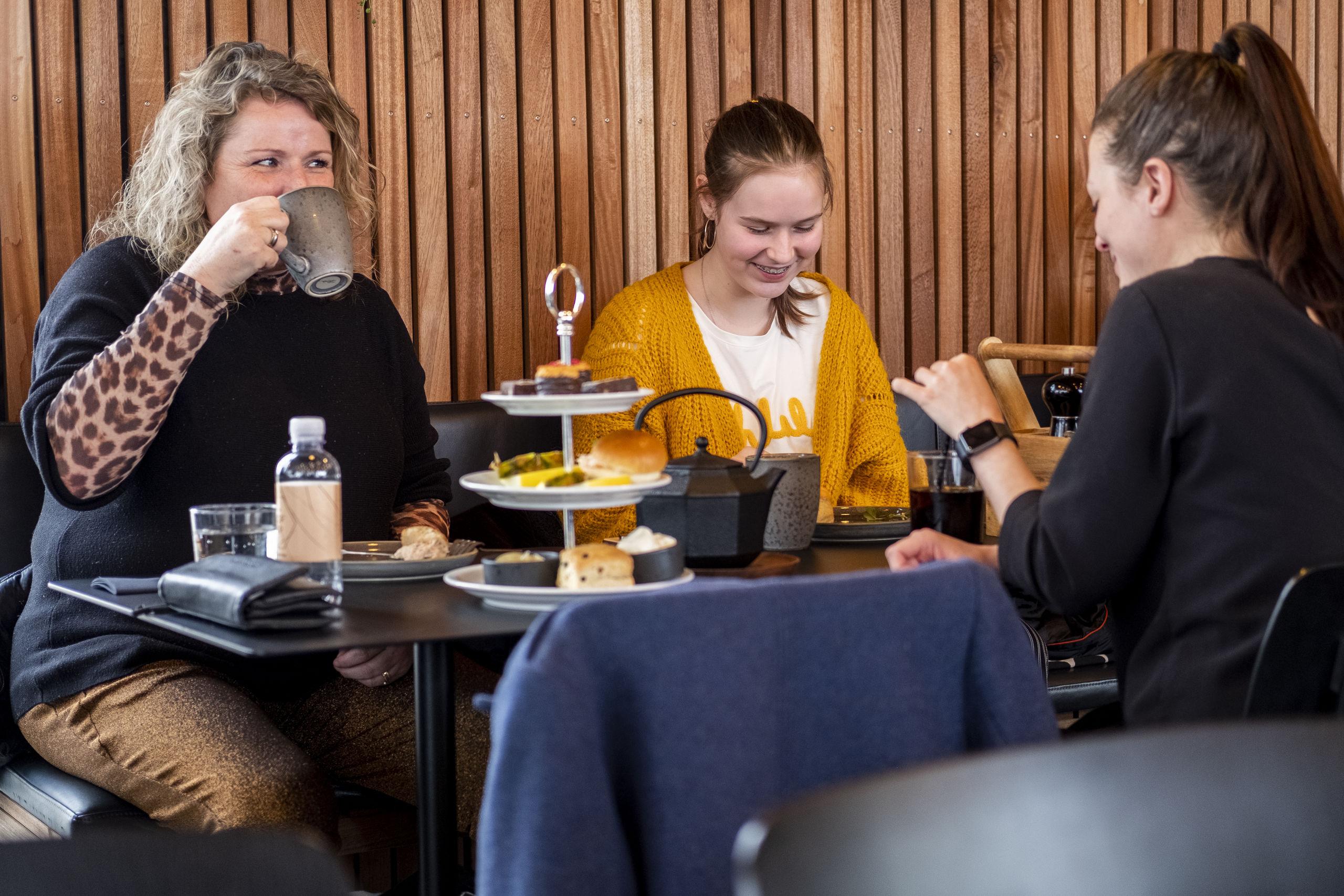Gæsterne har taget godt imod tilbuddet om bla. te, scones og sandwich. Foto: Lasse Sand