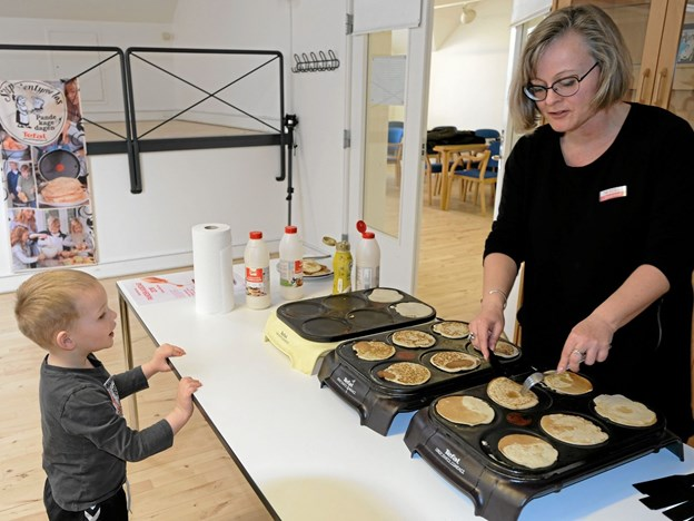 Philip følger nøje med, mens Charlotte Nielsen laver pandekager. Foto: Niels Helver Niels Helver