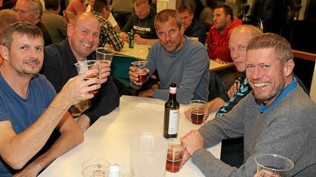 Det blev til en enkelt øl eller to ved afslutningsfesten. Foto: Flemming Dahl Jensen